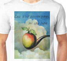 Ceci n'est pas une pomme ni une pipe Unisex T-Shirt