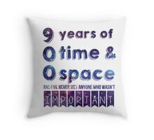 900 years (Doctor Who) Throw Pillow