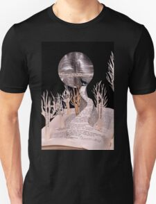 Wolf Howling at the Moon book art T-Shirt