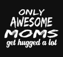 Only awesome Moms get hugged a lot best seller by N147-Shirt