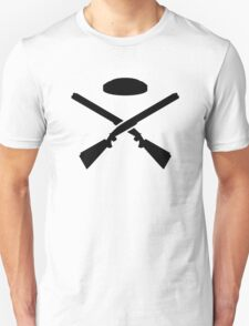 Crossed trap shooting shotguns T-Shirt