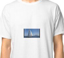 ASPETTANDO LA REGATA DI MALTA - Pegasus akilaria 950 - sullo sfondo lo Stromboli - Classic T-Shirt