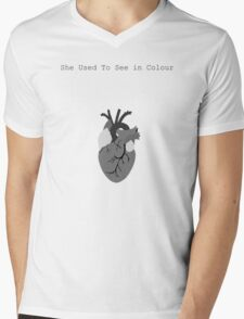 She used to see in colour Mens V-Neck T-Shirt
