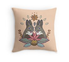 squirrel love Throw Pillow