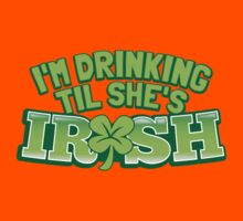 I'm drinking til (until) she's IRISH with a green shamrock Kids Tee