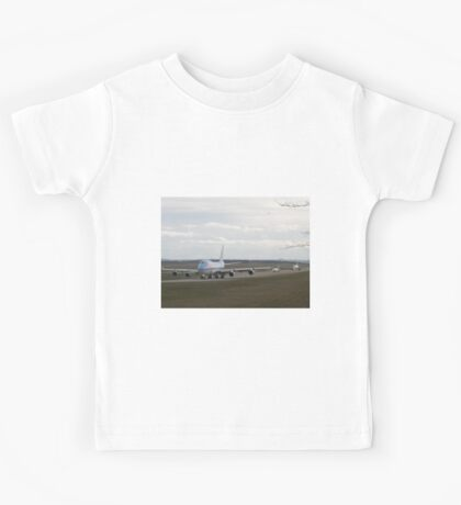 Boeing 747, CRJ 1000, Airbus A320 on the taxiway Kids Tee