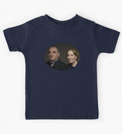 """Mr Carson e Mrs Hughes"" Downton Abbey Kids Tee"