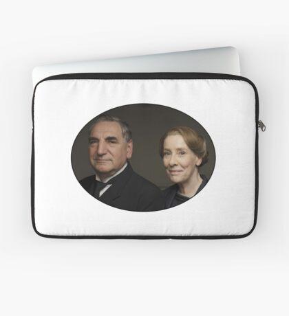 """Mr Carson e Mrs Hughes"" Downton Abbey Laptop Sleeve"