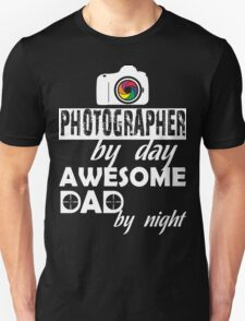PHOTOGRAPHER BY DAY AWESOME DAD BY NIGHT Unisex T-Shirt