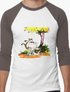 Calvin and Hobbs Playing Water Men's Baseball ¾ T-Shirt