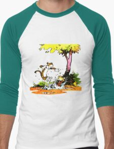 Calvin and Hobbs Playing Water Men's Baseball ¾ T-Shirt