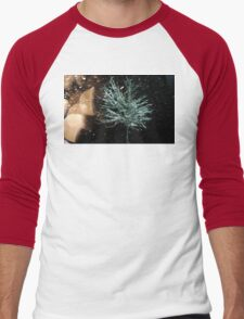 ​Tree in Snow Fall Men's Baseball ¾ T-Shirt