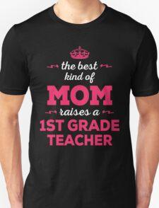 The Best Kind Of Mom Raises A 1st Grade Teacher. Gift For Mom Unisex T-Shirt