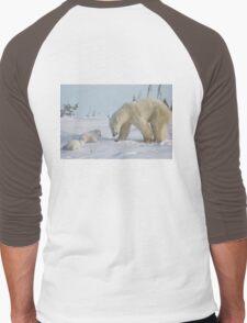 Mother polar bear watching over her two newborn cubs Men's Baseball ¾ T-Shirt
