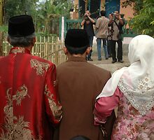 groom and his big family by bayu harsa