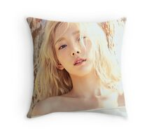 kim taeyeon why 4 Throw Pillow