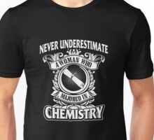 Chemistry - Never Underestimate A Woman Who Majored In Chemistry Unisex T-Shirt