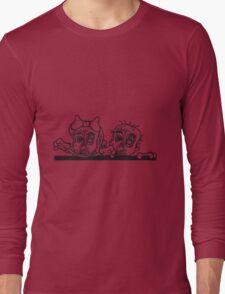 paar pärchen frau mann liebe mauer wand klettern rahmen schild text team party zombies böse ekelig monster horror halloween zombie verliebt  Long Sleeve T-Shirt