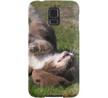 Tabby cat playing with toy mouse Samsung Galaxy Case/Skin