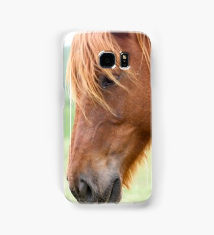 Close up portrait of a Horse grazing in a green meadow  Samsung Galaxy Case/Skin