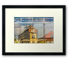 Gebäude spiegeln sich in Glasfront Framed Print