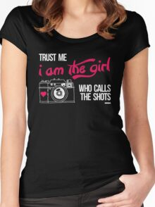TRUST ME I AM THE GIRL WHO CALLS THE SHOTS Women's Fitted Scoop T-Shirt