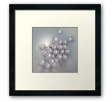Perlen fallen in eine Schale Framed Print