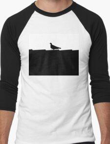 schwarz weiße Taube stolziert auf dem Dach im Scherenschnitt Stil Men's Baseball ¾ T-Shirt