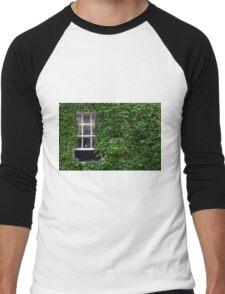 Window on leafy Cotswolds house facade, UK Men's Baseball ¾ T-Shirt