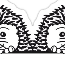 brüder team 2 freunde baby comic cartoon süßer kleiner niedlicher igel verstecken schild gucken mauer rand  Sticker