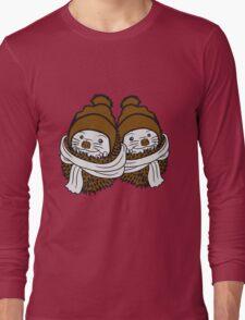 2 freunde team paar brüder schwestern schal mütze kalt frieren winter herbst wärmen baby comic cartoon süßer kleiner niedlicher igel kugel  Long Sleeve T-Shirt
