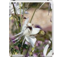 Bumble bee on pretty flower iPad Case/Skin