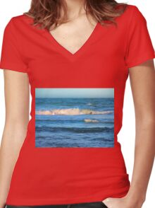 Beautiful painted waves on the Queensland coast Women's Fitted V-Neck T-Shirt