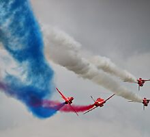 The Mirror Pass - Red Arrows Farnborough 2014 by Colin J Williams Photography