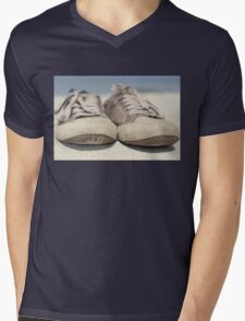 Sneakers old Mens V-Neck T-Shirt