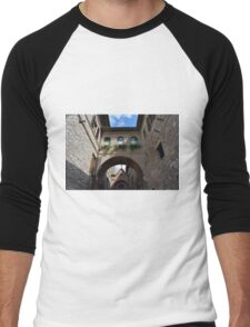 Stone buildings from Assisi with medieval arches and decorations. Men's Baseball ¾ T-Shirt