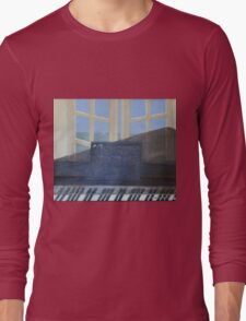 piano devant fenêtre Long Sleeve T-Shirt