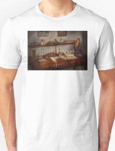 Doctor - Vet - The desk of a Veterinarian Unisex T-Shirt