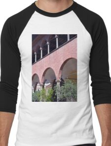 Building with red brick facade and arches in Siena. Men's Baseball ¾ T-Shirt