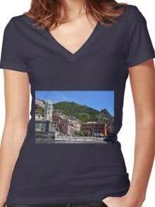 Boats on the coast of Vernazza, Vulnetia, a small town in province of La Spezia, Liguria, Italy. It is one of the lands of Cinque Terre, UNESCO World Heritage Sit Women's Fitted V-Neck T-Shirt