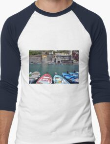 Boats on the coast of Vernazza, Vulnetia, a small town in province of La Spezia, Liguria, Italy. It is one of the lands of Cinque Terre, UNESCO World Heritage Sit Men's Baseball ¾ T-Shirt