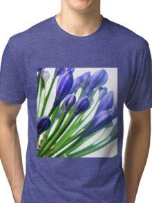 blaue Blüte ganz nah Tri-blend T-Shirt