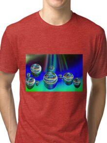 leuchnde Tropfen Tri-blend T-Shirt