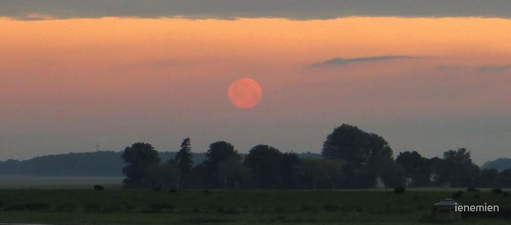 The Setting Moon by ienemien