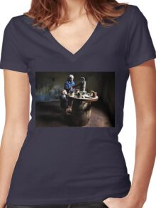 Passing on knowledge Women's Fitted V-Neck T-Shirt