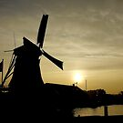 Silhouette at Volendam (1) by Larry Lingard-Davis