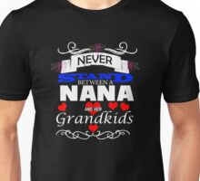 Never Stand Between A Nana And Her Grandkids white Unisex T-Shirt