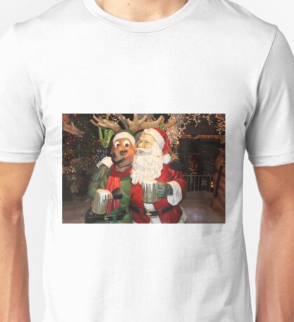Santa stopping for hot chocolate with his reindeer.... T-Shirt