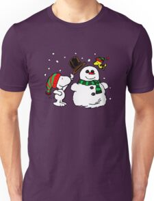 Snoopy & Woodstock play with snowman Unisex T-Shirt