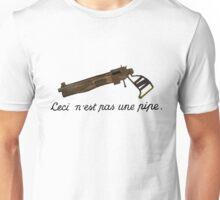 Ceci n'est pas une pipe pistol Unisex T-Shirt